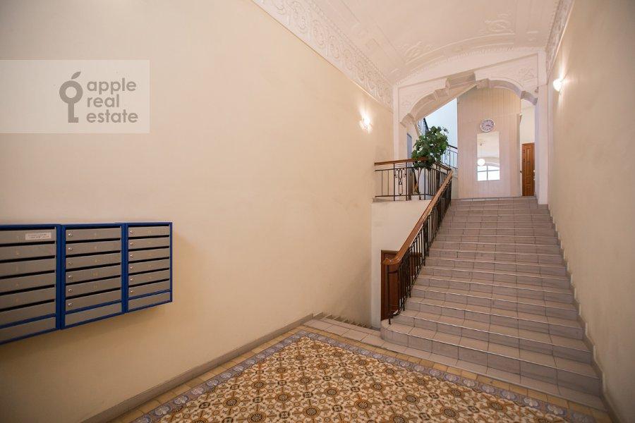 Подъезд 6-комнатной квартиры по адресу Дмитровка Большая ул. 20с2