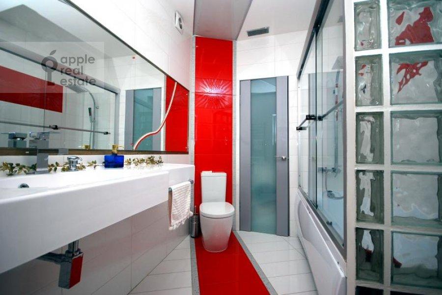 Bathroom of the 1-room apartment at Gnezdnikovskiy Bol'shoy per. 10