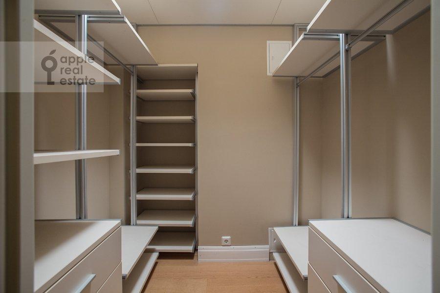 Гардеробная комната / Постирочная комната / Кладовая комната в 4-комнатной квартире по адресу Тверская ул 27с2