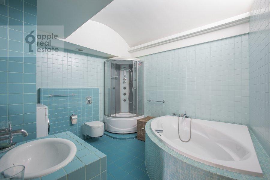 Bathroom of the 4-room apartment at Ordynka Bol'shaya ul. 16