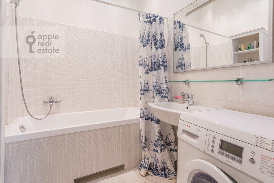 Bathroom of the 5-room apartment at Klimentovskiy per. 6