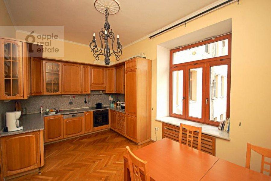 Кухня в 4-комнатной квартире по адресу Кисловский Малый пер. 1