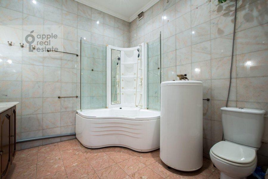Bathroom of the 4-room apartment at Znamenka ul. 15