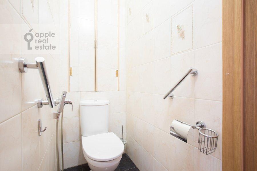Bathroom of the 3-room apartment at Tverskaya ul. 17