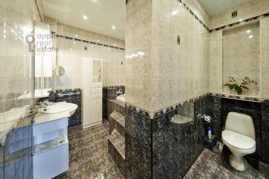 Bathroom of the 3-room apartment at Novinskiy bul'v. 18