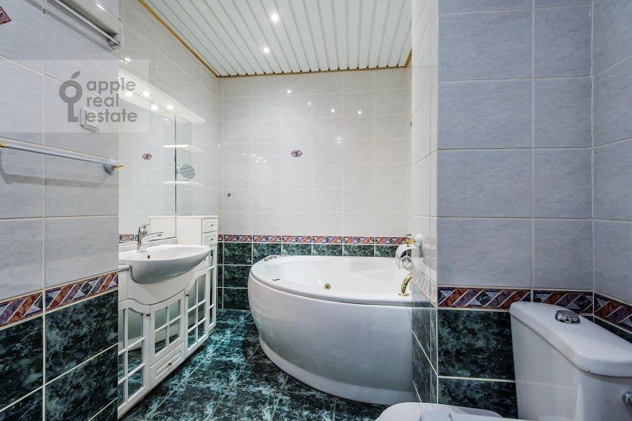 Bathroom of the 3-room apartment at Gogolevskiy bul'var 23