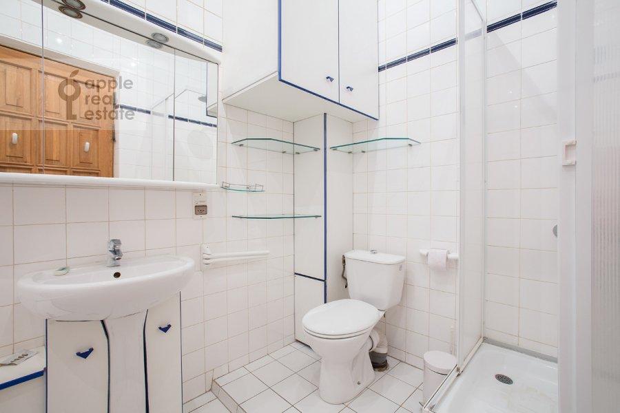 Санузел в 3-комнатной квартире по адресу Денежный пер. 9