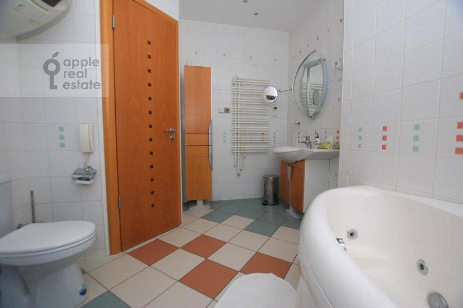 Bathroom of the 2-room apartment at Skakovaya ul. 5
