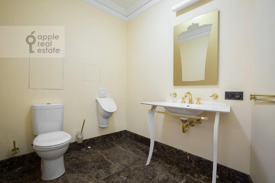 Санузел в 4-комнатной квартире по адресу Коробейников пер. 1