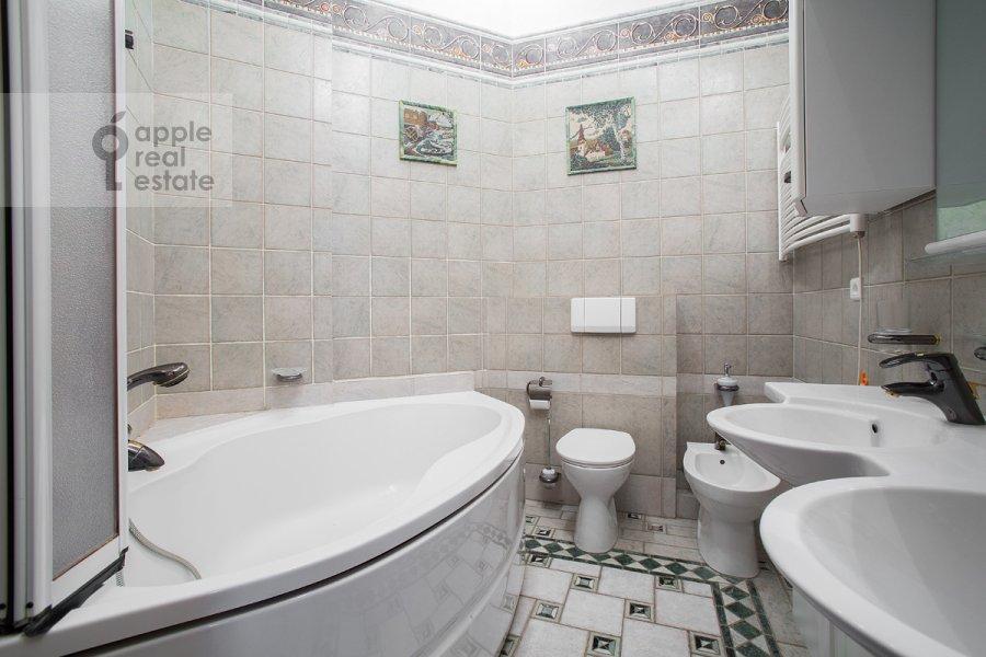 Bathroom of the 5-room apartment at Khariton'evskiy Bol'shoy per. 14