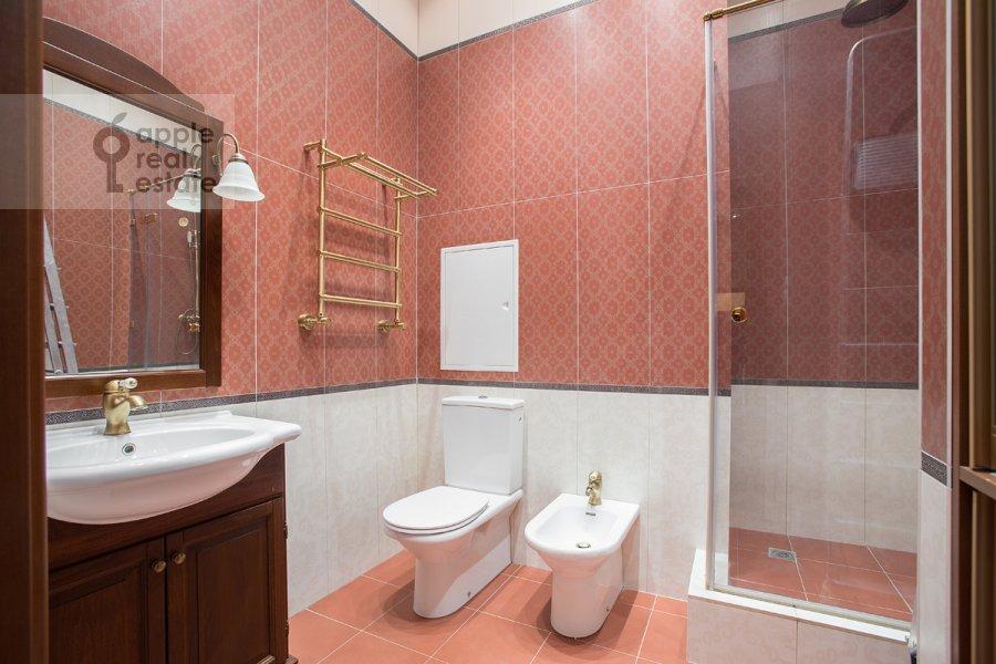 Bathroom of the 3-room apartment at Milyutinskiy pereulok 3