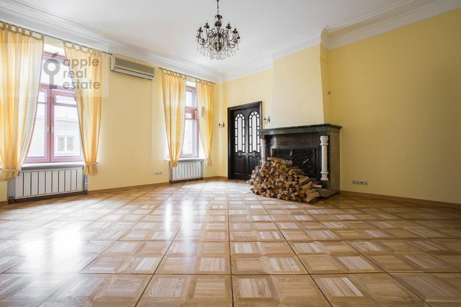 Гостиная в 4-комнатной квартире по адресу Петровка ул. 24с3