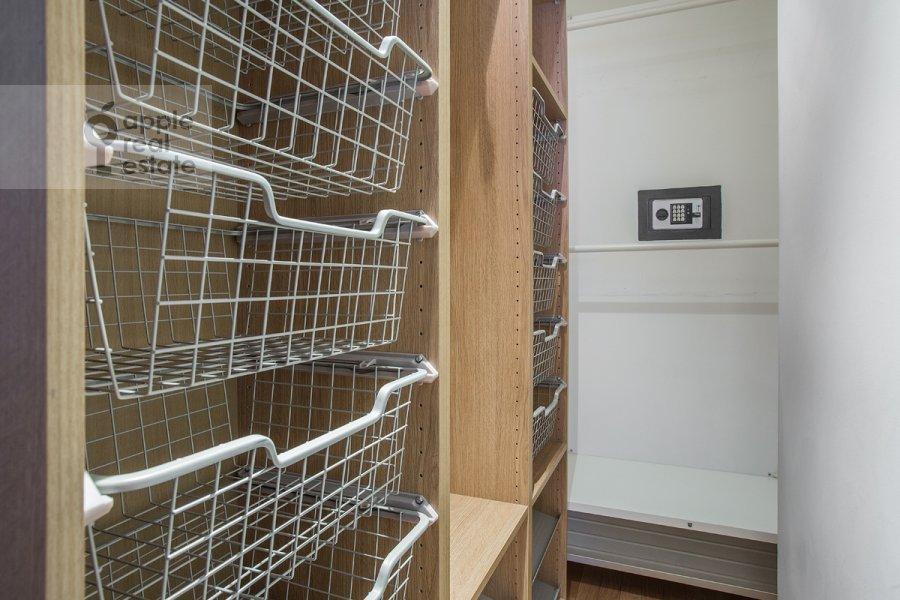 Гардеробная комната / Постирочная комната / Кладовая комната в 4-комнатной квартире по адресу Новинский бульв. 18