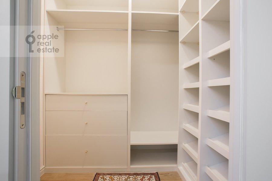 Гардеробная комната / Постирочная комната / Кладовая комната в 4-комнатной квартире по адресу Леонтьевский пер. 11