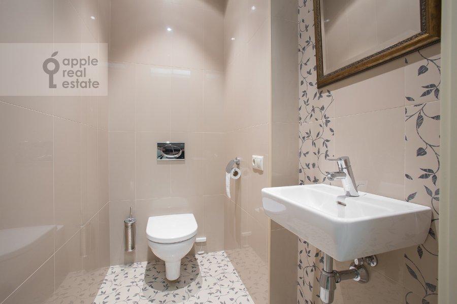 Bathroom of the 4-room apartment at Leont'evskiy per. 11