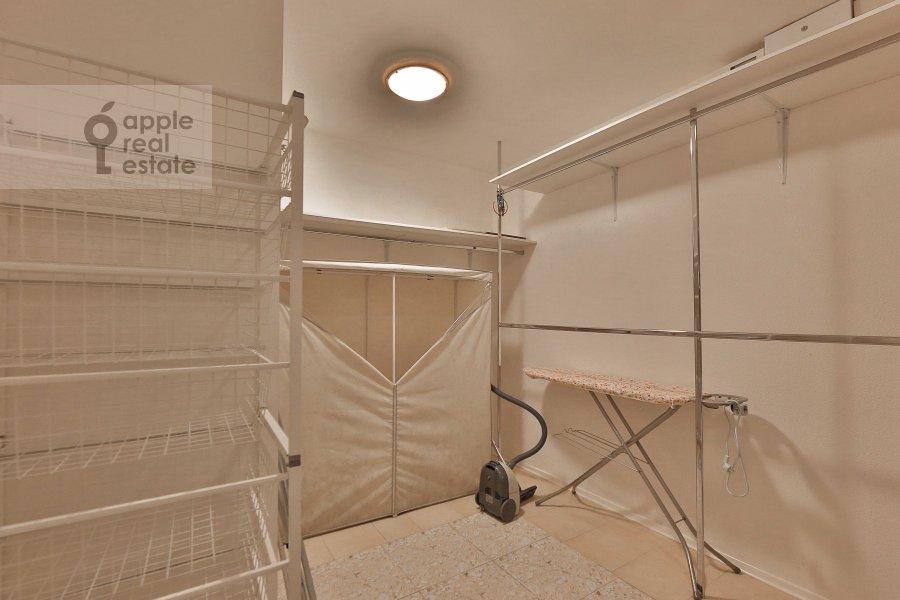 Гардеробная комната / Постирочная комната / Кладовая комната в 5-комнатной квартире по адресу Сергея Макеева ул. 1