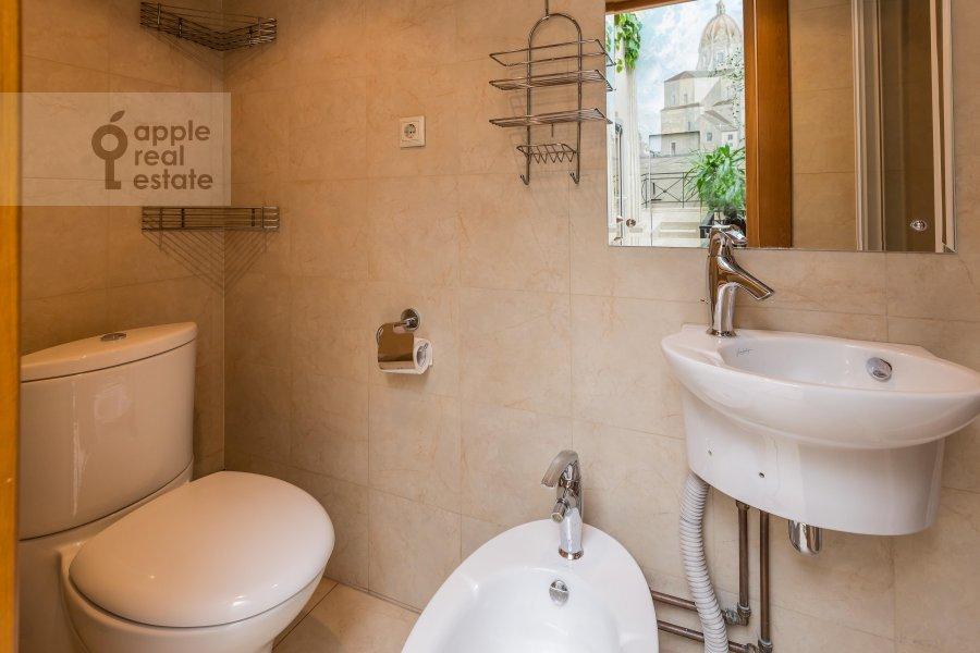 Bathroom of the 6-room apartment at Komsomol'skiy pr-t. 3