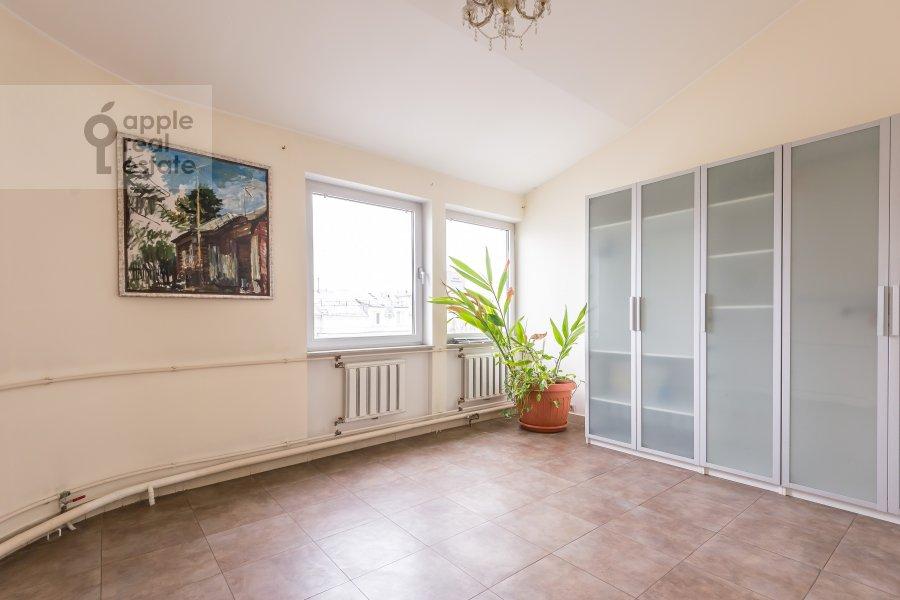 Living room of the 6-room apartment at Komsomol'skiy pr-t. 3