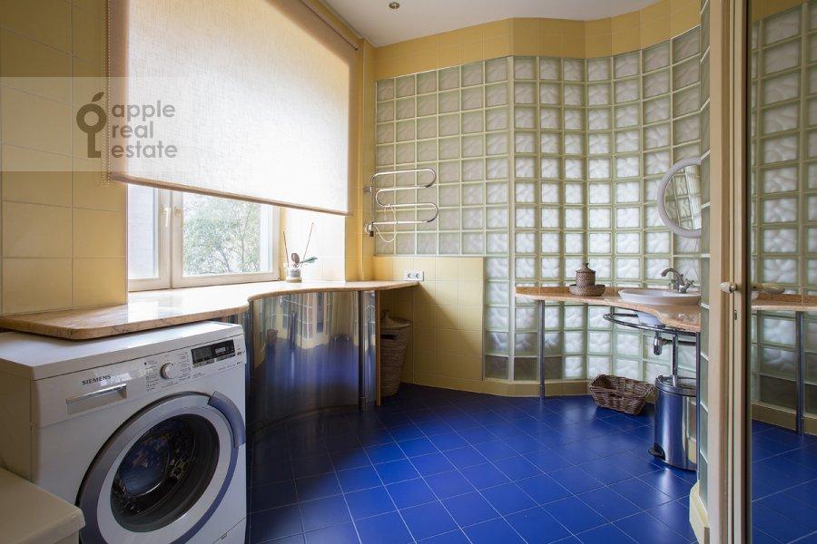 Bathroom of the 3-room apartment at Predtechenskiy Bol'shoy per. 14