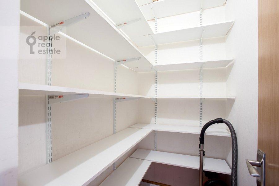 Walk-in closet / Laundry room / Storage room of the 3-room apartment at 2-ya Tverskaya-Yamskaya ulitsa 54