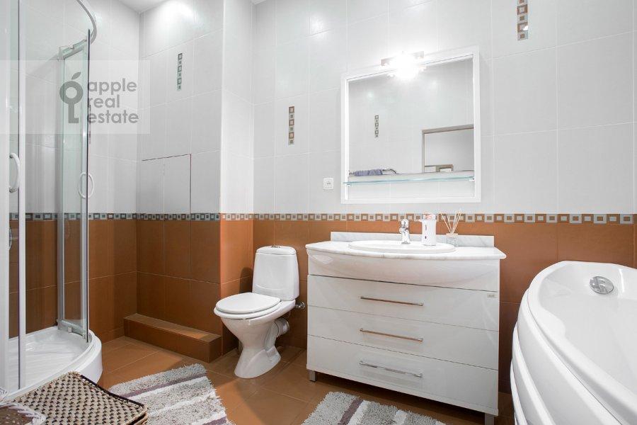 Bathroom of the 3-room apartment at 2-ya Tverskaya-Yamskaya ulitsa 54