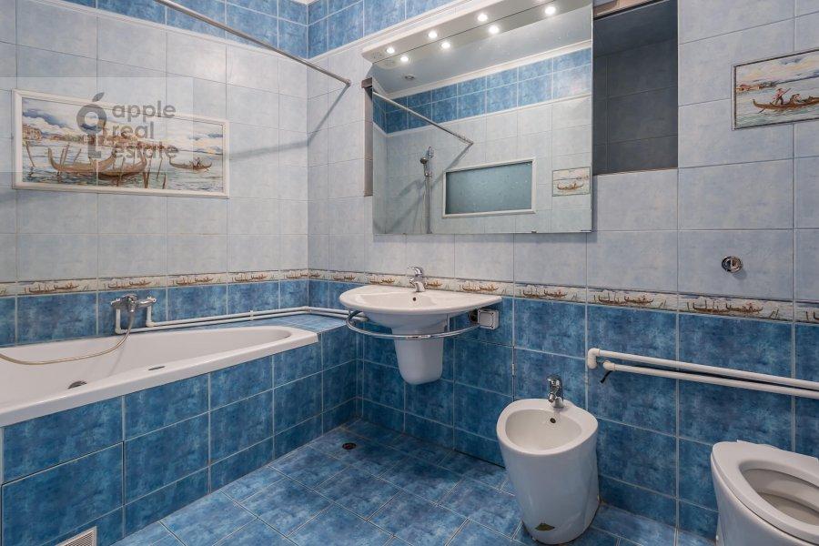 Bathroom of the 5-room apartment at Arbat ul. 29
