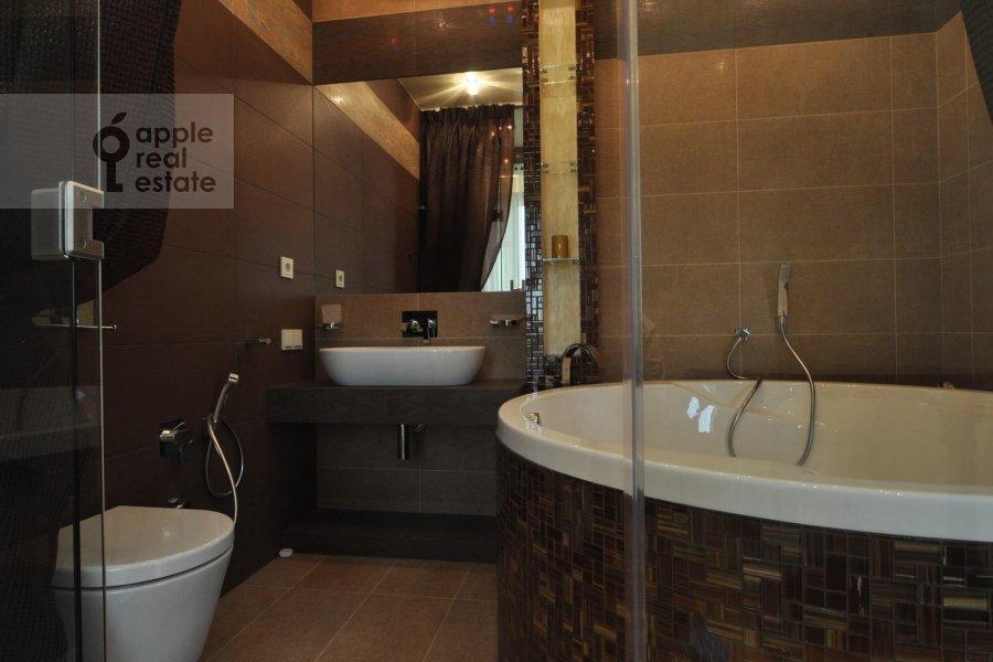 Bathroom of the 3-room apartment at Ruzheynyy per. 3