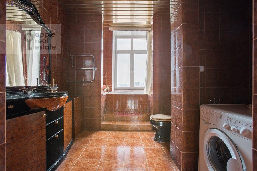 Bathroom of the 3-room apartment at Serafimovicha ul. 2
