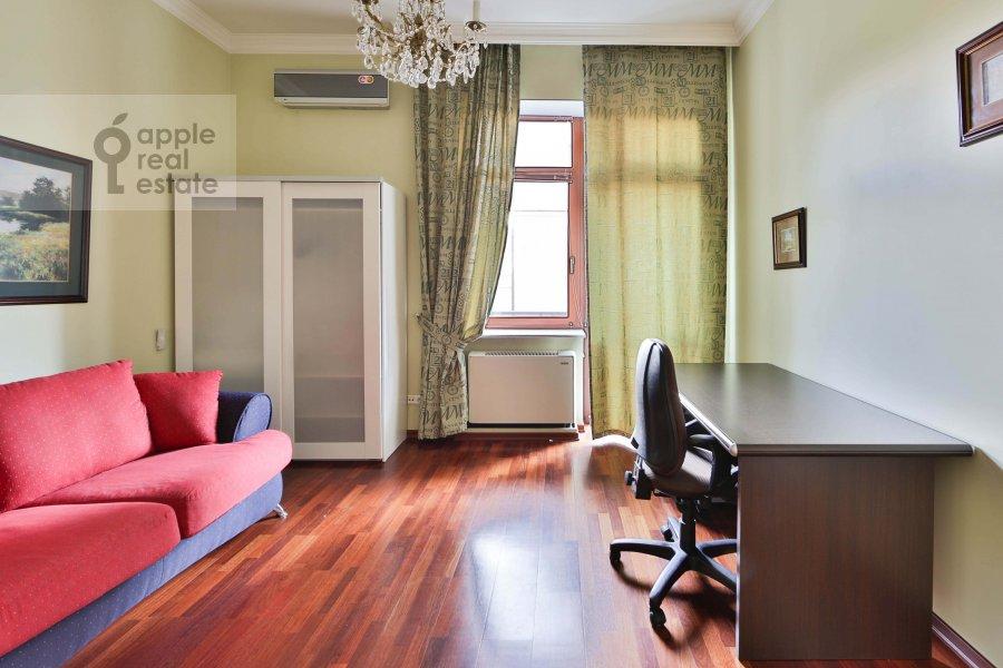 Children's room / Cabinet of the 3-room apartment at Malyy Tolmachevskiy pereulok 8