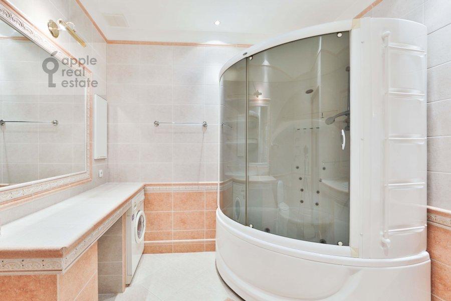 Bathroom of the 3-room apartment at Malyy Tolmachevskiy pereulok 8