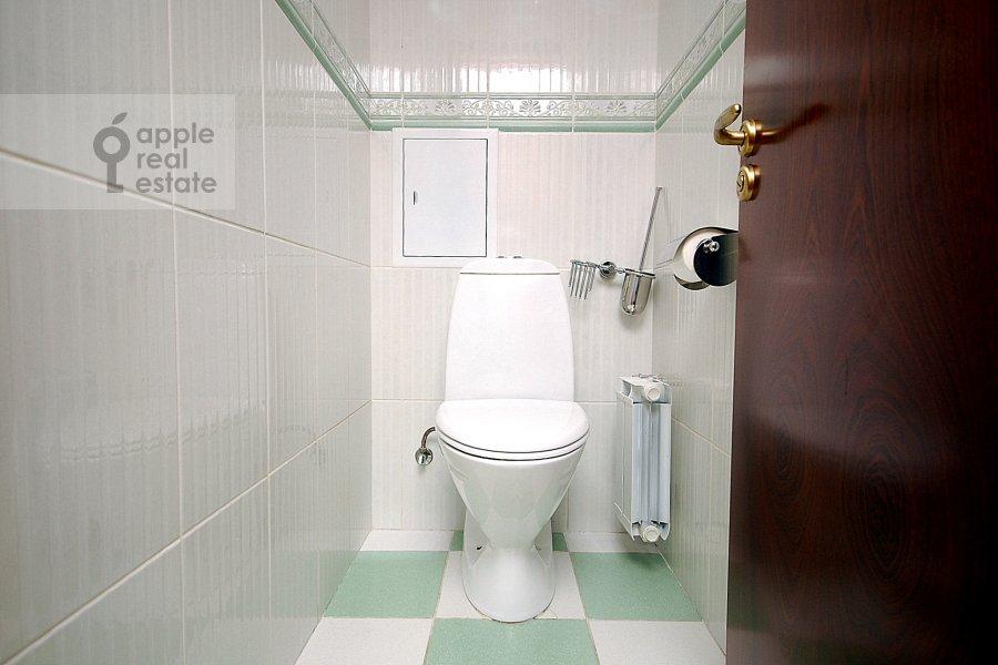 Bathroom of the 3-room apartment at Obolenskiy per. 7