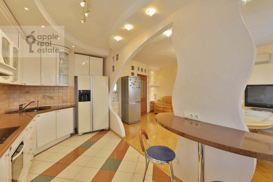 Кухня в 5-комнатной квартире по адресу 60-летия Октября пр-т. 19