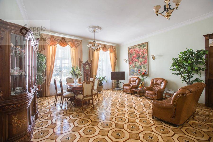 Living room of the 4-room apartment at Tverskaya ul. 12s8