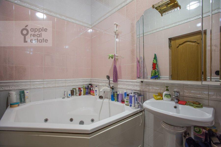 Bathroom of the 4-room apartment at Tverskaya ul. 12s8