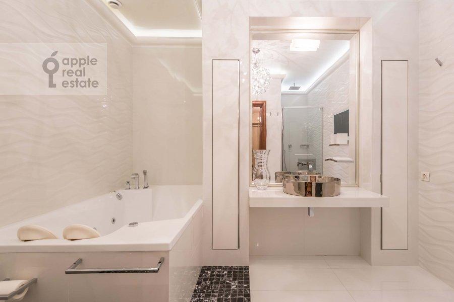 Bathroom of the 4-room apartment at Khoroshevskoe shosse 16k1