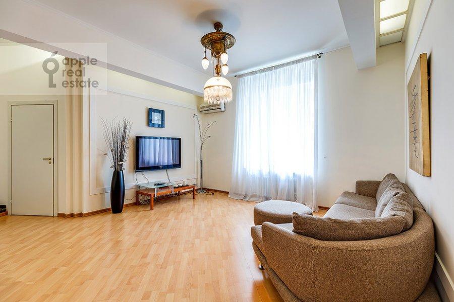 Гостиная в 3-комнатной квартире по адресу Большая Дорогомиловская ул. 4