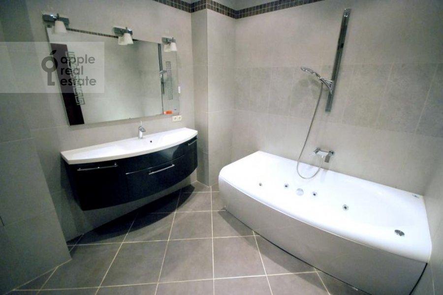 Bathroom of the 4-room apartment at Polyanka Malaya ul. 2