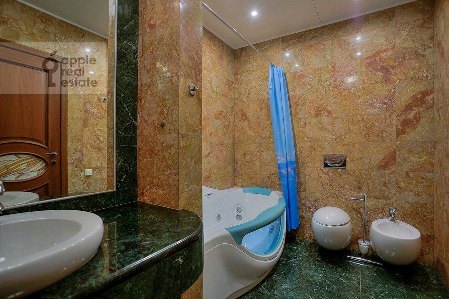 Bathroom of the 4-room apartment at Komsomol'skiy prosp. 32