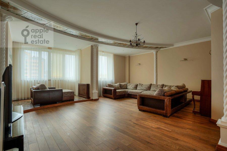 Living room of the 4-room apartment at Komsomol'skiy prosp. 32