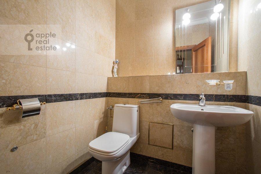 Bathroom of the 4-room apartment at Lesnaya ul. 6k1