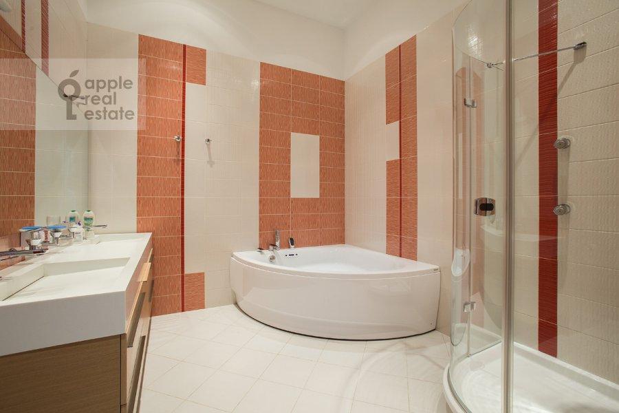 Bathroom of the 4-room apartment at Krivokolennyy per. 14/1