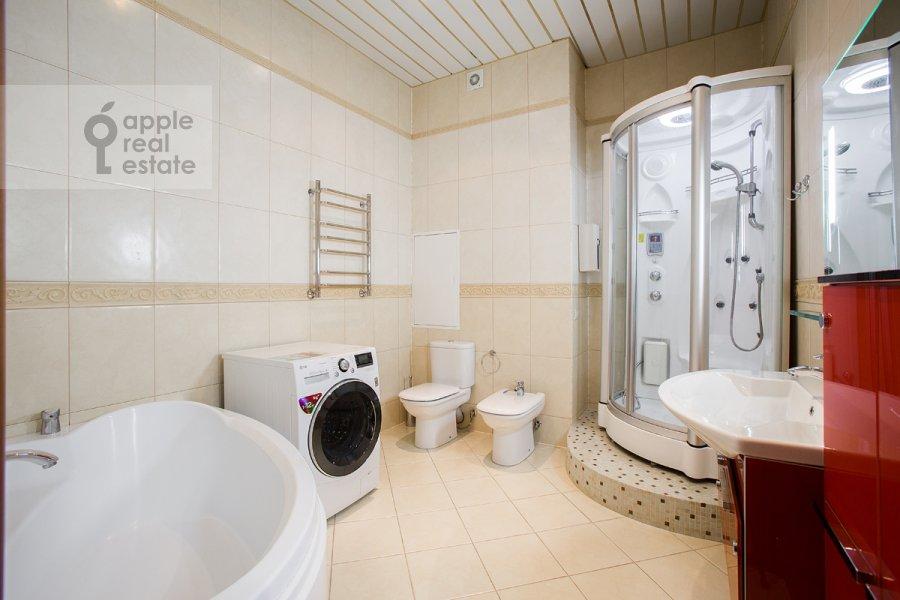 Bathroom of the 2-room apartment at Udal'tsova ul. 23