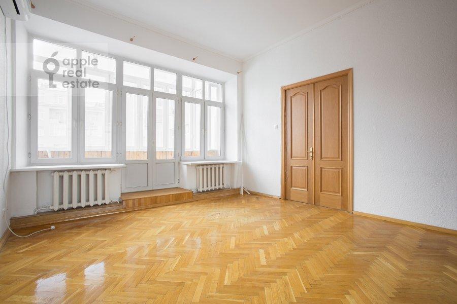 Living room of the 5-room apartment at Serafimovicha ul. 2