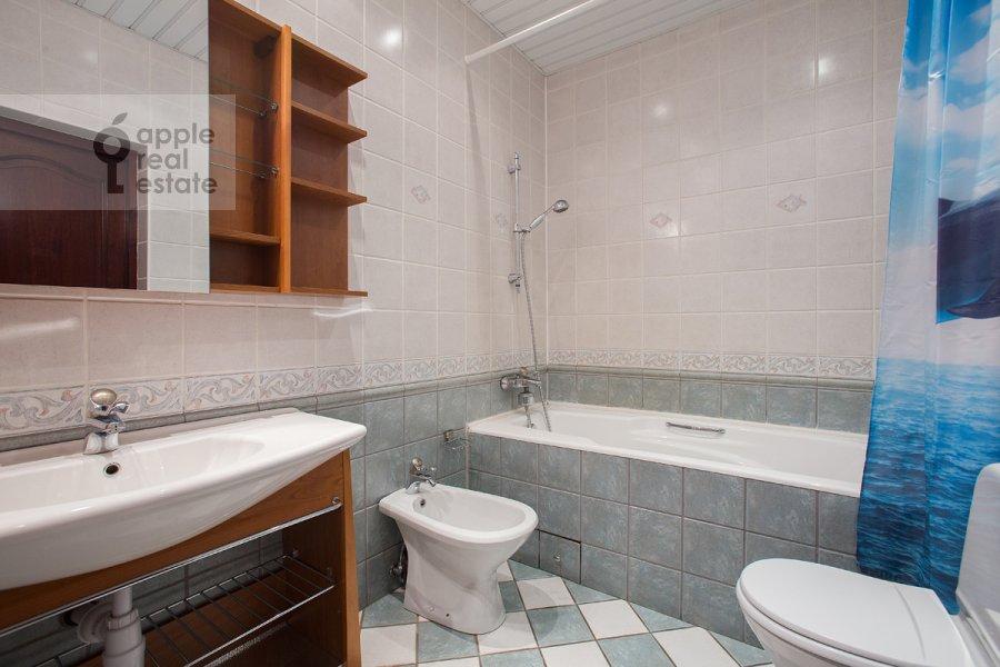 Bathroom of the 5-room apartment at Tverskaya ulitsa 28k2