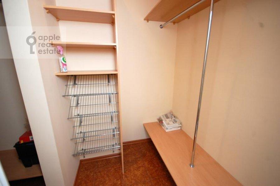 Гардеробная комната / Постирочная комната / Кладовая комната в 3-комнатной квартире по адресу Маршала Соколовского ул. 5