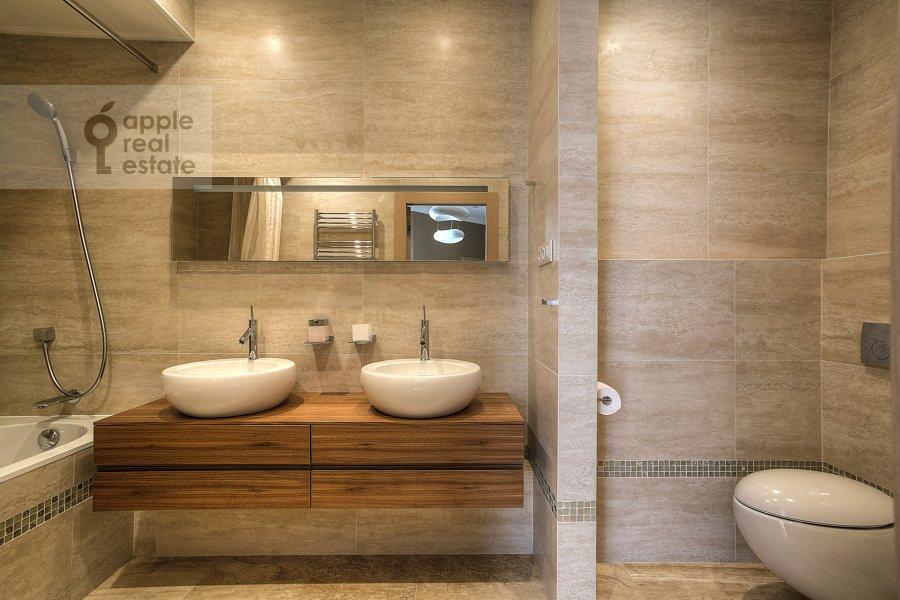 Bathroom of the 3-room apartment at Barykovskiy per. 6