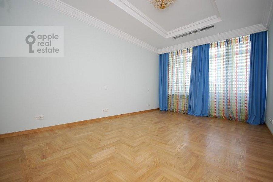Спальня в 6-комнатной квартире по адресу Береговая ул. 8