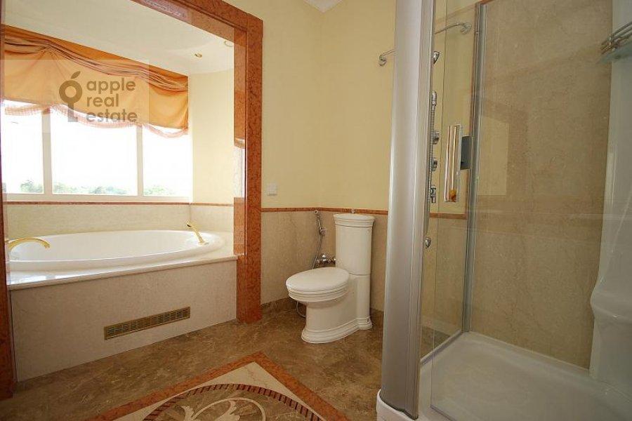 Санузел в 6-комнатной квартире по адресу Береговая ул. 8