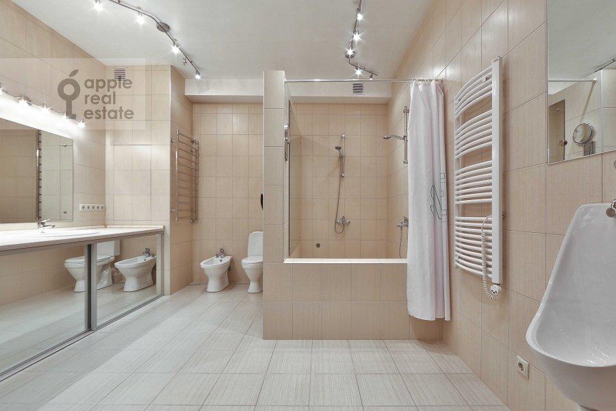 Bathroom of the 4-room apartment at Marshala Biryuzova ul. 31