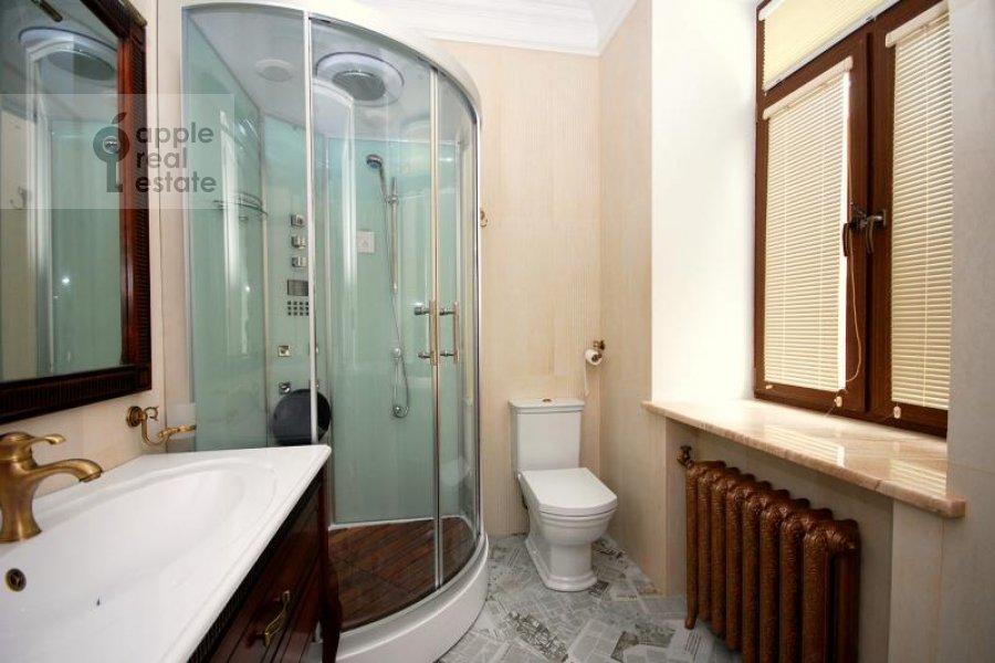 Санузел в 3-комнатной квартире по адресу Тверская ул. 29к1